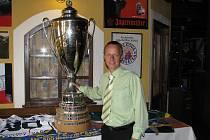 Bronislav Píša pózuje v šumperském hotelu Sport s pohárem pro mistry extraligy
