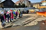 Ukázka sypače pro školáky v Rudě nad Moravou.