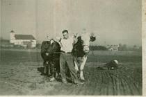 SPOKOJENÝ STATKÁŘ. Pan žáček – polní práce. Padesátá léta 20. století.