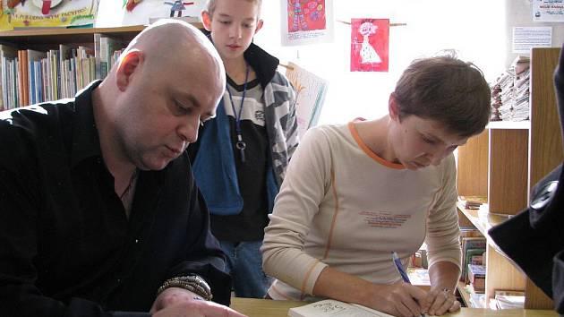 Ze křtu knihy Vladimíry Krejčí Strašná škola a hrozní učitelé v šumperské knihovně