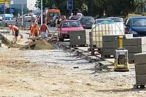 Družstevní ulice v Mohelnici mění svou tvář. Po frekventované komunikaci se nyní kromě aut, cyklistů a chodců pohybuje navíc i stavební technika.