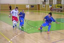 Šumperský futsalista Okleštěk (vlevo) z utkání proti Hodonínu. V Ostravě Okleštěk chyběl.