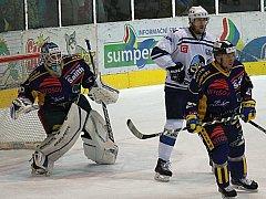 Hokejisté Šumperku (modré dresy) proti Kladnu