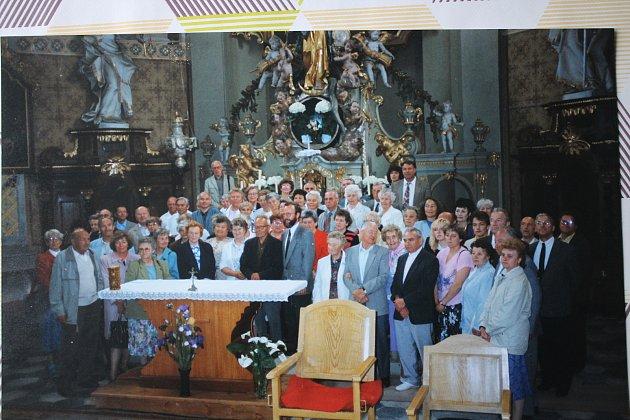 Snímek farníků zKopřivné a původních německých rodáků zobce. Uprostřed vtmavém saku pater Ignác Lakomý.