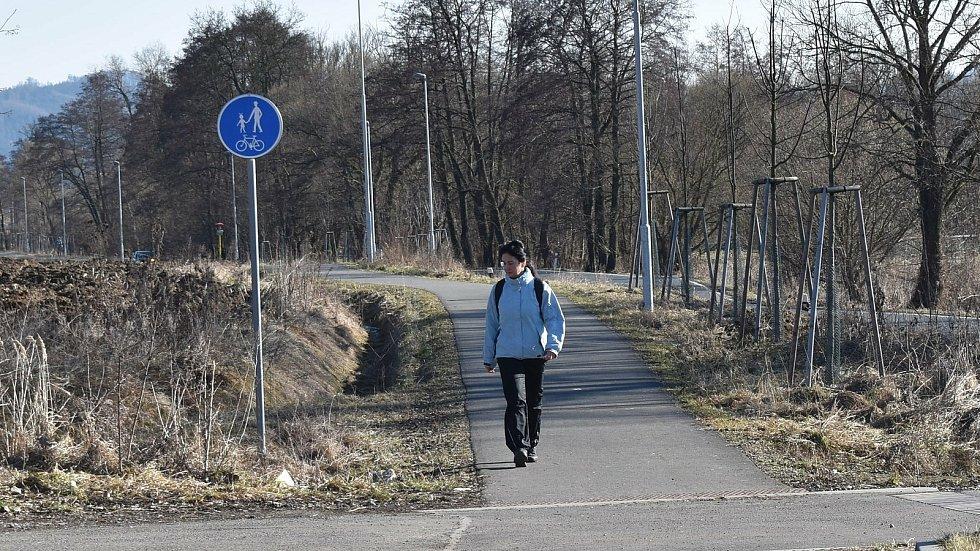 Lidé na procházce na cyklostezce ze Šumperku do Bratrušova.