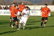 Mohelnice v prvním jarním domácím utkání porazila Kozlovice (oranžové dresy)
