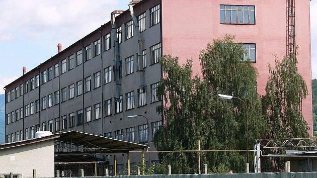 Pohled na hlavní budovu skláren v Rapotíně