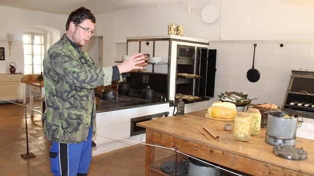 Správce depozitáře Jiří Doupal ukazuje Kuchyň z počátku 20. století na zámku ve Velkých Losinách.