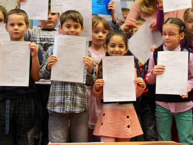 Žáci prvních tříd v Základní škole Šumavská v Šumperku dostali pololetní vysvědčení.
