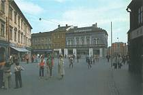 4. STALINOVO NÁMĚSTÍ. Mnoho náměstí a ulic tehdy neslo jména významných komunistických politiků a vůdců. Na fotografii je dnešní Točák slékárnou a budovou kina Svět vpozadí.