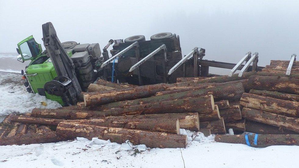 Nehoda náklaďáku se dřevem na Rejvízu