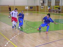 Snímek z úvodního kola první futsalové ligy mezi Šumperkem (bílé dresy) a Hodonínem.