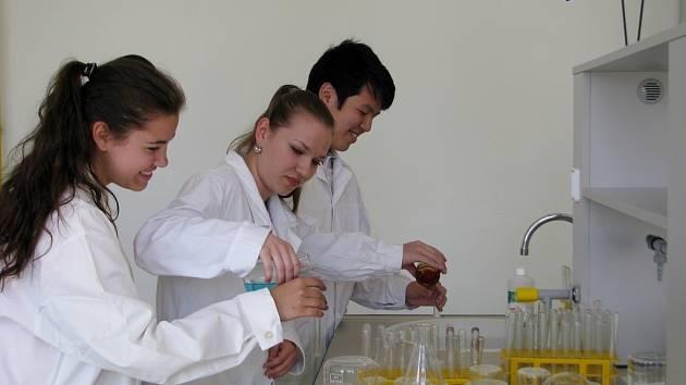 Studenti šumperského gymnázia v nové chemické laboratoři.