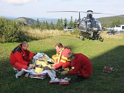 Sedmatřicetiletou ženu, která se zřítila z desetimetrového srázu v údolí Bílé Opavy v Jeseníkách a zlomila si nohu, museli horští záchranáři transportovat vrtulníkem letecké záchranné služby.