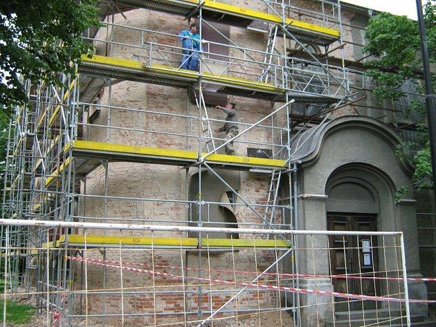 Dělníci již z kostela v České Vsi sundali starou omítku, která ohrožovala kolemjdoucí.