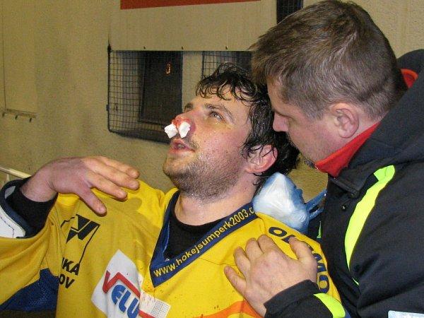 Šumperský Sedlák krvácí znosu během druhého zápasu čtvrtfinále ve Šternberku