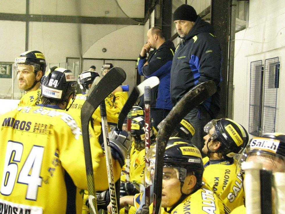 Šumperští Draci (žluté dresy) absolvovali druhý zápas čtvrtfinále ve Šternberku