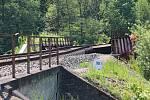 Nehoda nákladního vozu, který narazil korbou do železničního mostu v Rudě nad Moravou.