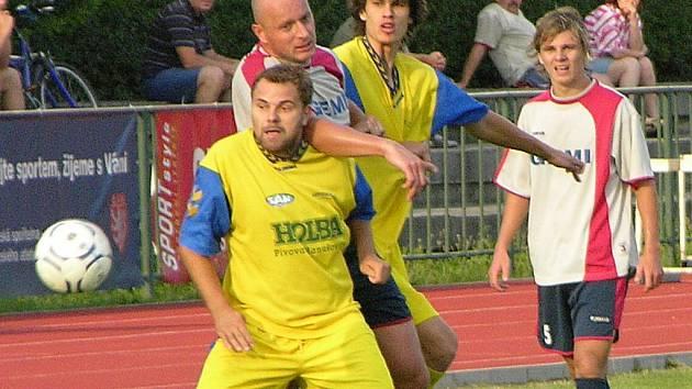 Ani nejlepší střelec krajského přeboru minulé sezony Petr Navrátil (žlutý dres) nepomůže Šumperku k lepším výsledkům.