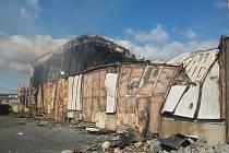 V areálu bývalých vojenských skladů v Zábřehu u Sázavy hořela hala se senem.
