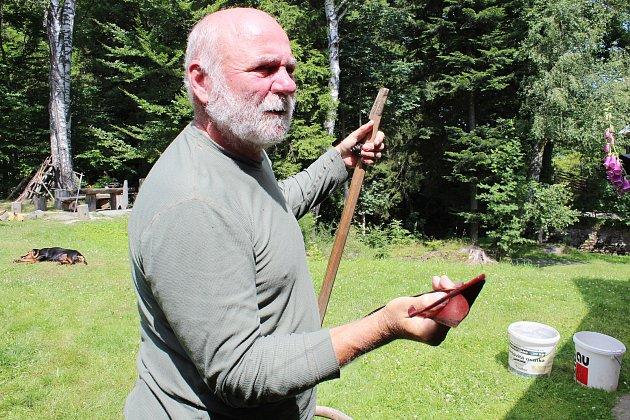 Jan Eliáš zBělé pod Pradědem se věnuje ručnímu kosení.