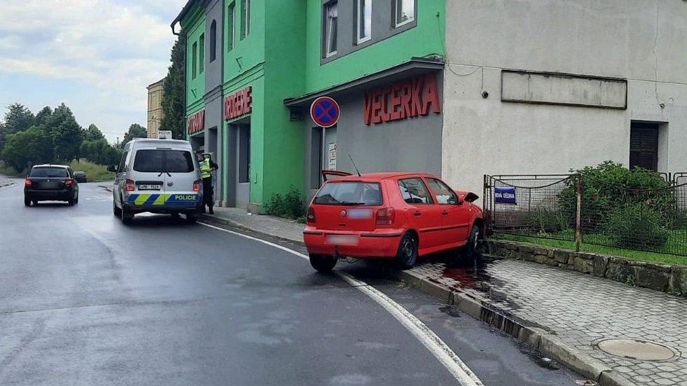 Nehoda divočícího řidiče v Bludově do zdi večerky - 22. 6. 2021