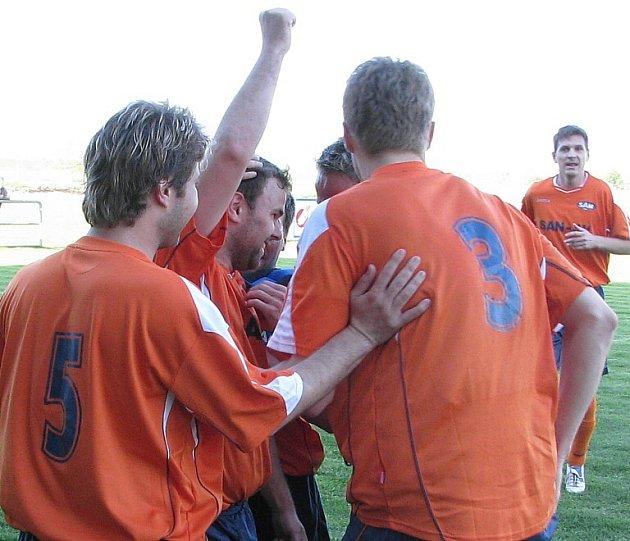 Navrátil oslavuje se spoluhráči vstřelení gólu.