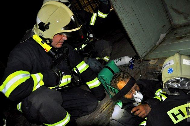 Rozsáhlé taktické cvičení podnikli v pondělí 6. května zábřežští a šumperští hasiči. V areálu zábřežské Perly si prověřili, jak rychle jsou schopni najít zavalené osoby.