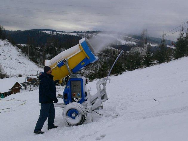 Sjezdovku v Branné zasypává sněžné dělo.