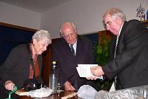 Bývalého starostu města Glencoe v USA Geralda Friedmana (uprostřed) a jeho manželku Elaine přijal na loštické radnici starosta Ctirad Lolek