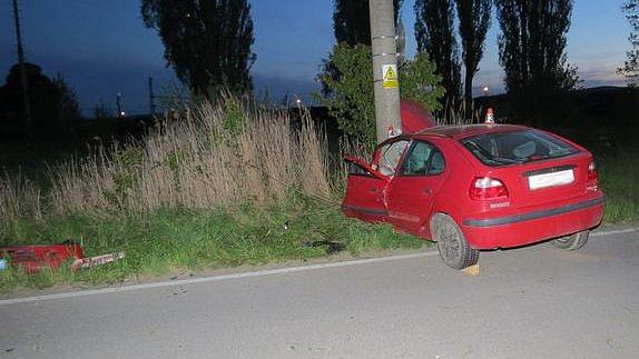Řidič u Zvole vyletěl ve čtvrtek 11. května se svým vozem ze zatáčky a skončil ve sloupu vysokého napětí.
