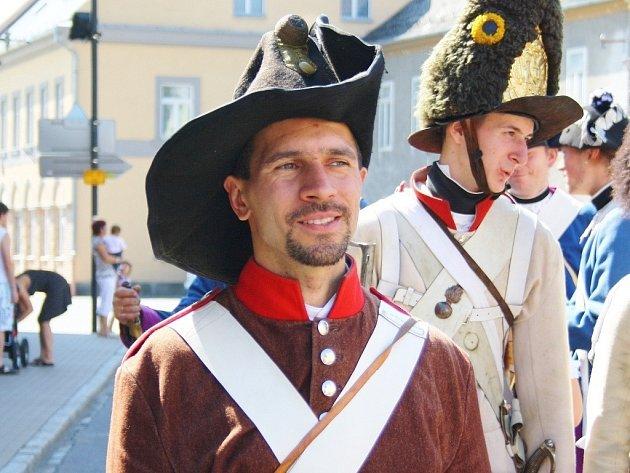 Člen Javornické dělostřelecké gardy Martin Lomáz (v hnědém kabátu).