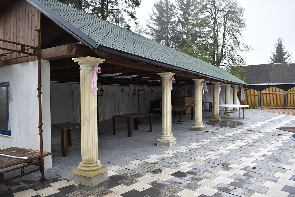 Rozhledna Lázek v Zábřežské vrchovině - nádvoří u Reichlovy chaty.