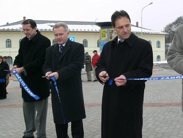 Prostor před nádražím se vrátil k podobě z projektu z roku 2002.