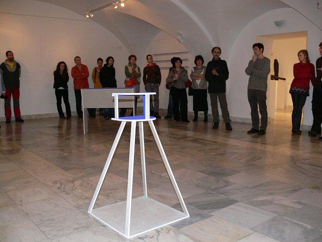 Výstava olomouckého výtvarníka Jana Krtičky s názvem Esterce bude otevřena v šumperské galerii Jiřího Jílka do 1. února.