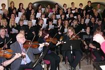 Amatérští zpěváci a muzikanti ze Šumperska v sobotu 18. prosince koncertovali na českém velvyslanectví ve Vídni. Na programu byla Rybova mše vánoční