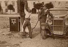 Na historickém snímku tankuje auto Kurt Wischnitzer. Také on se stal v roce 1942 obětí holocaustu. Pamětní Kámen zmizelých má být umístěný před domem v Žádlovické ulici, kde rodina žila.