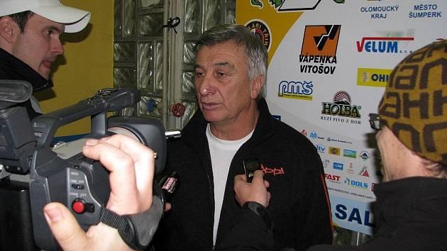 Kouč Draků Svatopluk Číhal na pozápasových rozhovorech s novináři