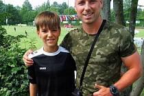 Filip Machů z Vidnavy se v květnu zúčastnil prestižního mistrovství světa fotbalových klubů. Na fotce s trenérem Ladislavem Václavským.