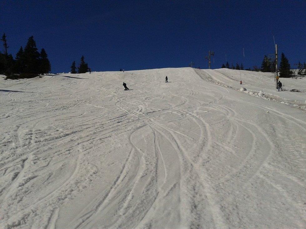 oslední lyžařský víkend na Ovčárně, vleky se tu zastaví 30. dubna ve čtyři odpoledne.