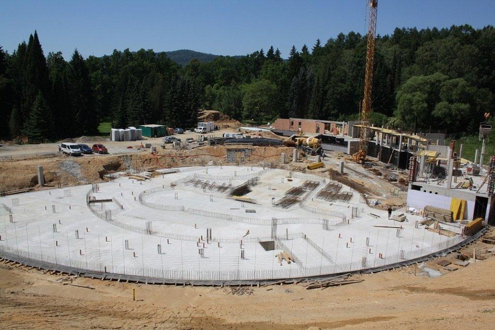 Stavba termálního parku v areálu lázní ve Velkých Losinách. Červen 2014