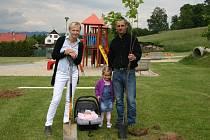 V parku a areálu pro volný čas v centru Dolních Studének už roste devět mladých lip a javorů za devět nových občánků.