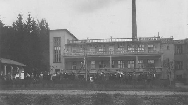 20. LÉTA 20. STOLETÍ.  Dvorní trakt Sanatorky se slunečními terasami vobdobí první republiky.