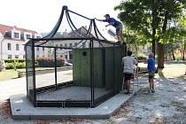 Instalace voliéry na náměstí Svobody v Jeseníku