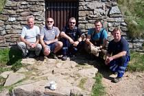 Skupina milovníků turistiky vyměnila zchátralá dvířka u pramene Moravy na Králickém Sněžníku.
