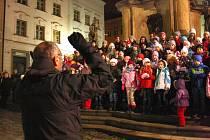 Předvánoční vystoupení Šumperského dětského sboru na náměstí Míru.