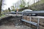 Provizorně opravená silnice v Hanušovicích v místě sesuvu.