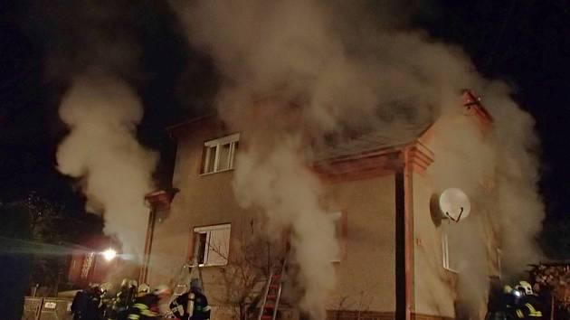 Čtyři jednotky hasičů likvidovaly v úterý 15. listopadu požár ve sklepě rodinného domu v Jedlí. Hořelo dřevo, kteréhob byl rozlehlý sklep plný až po strop.
