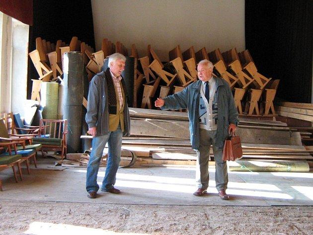 Zdeněk Vinkler (vpravo) si se starostou Zdeňkem Lučanem prohlíží prostory bývalého kinosálu.