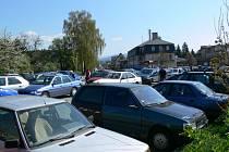 Kapacita parkoviště u nemocnice už nevyhovuje, bude se proto z obecních peněz rozšiřovat.